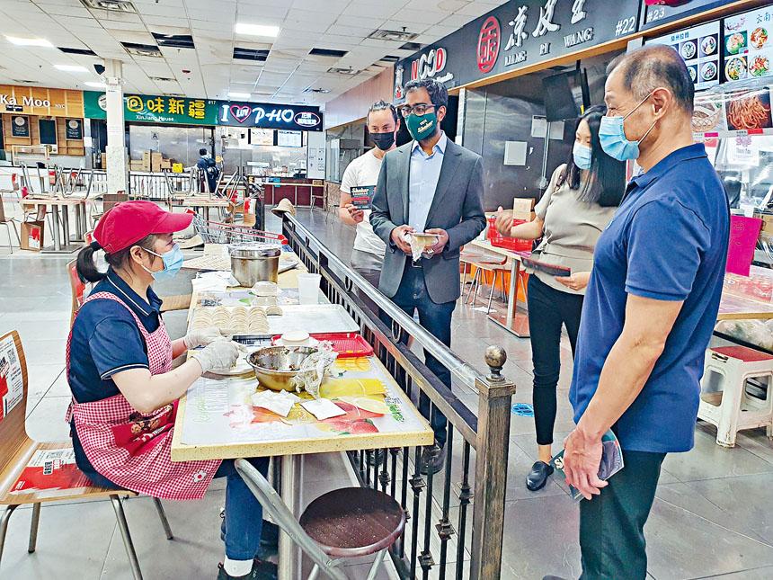 克什南和劉醇逸走訪艾姆赫斯特的香港美食城,與業主交流。