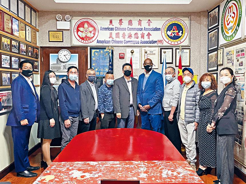 非洲裔紐約市長參選人麥奎雷(左五)形容自己是非一般的政客。