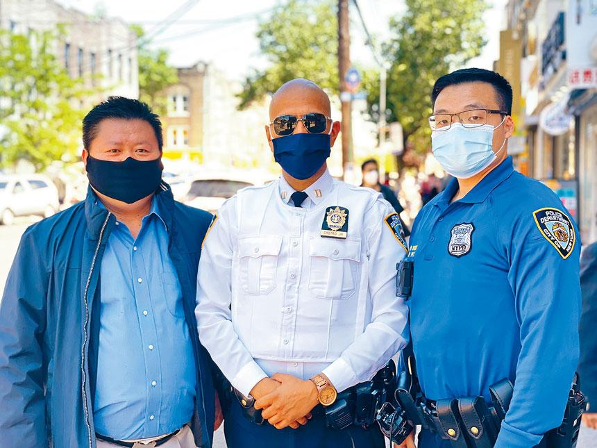 董飛和局長一同參加8大道活動,左為柳寶枝。