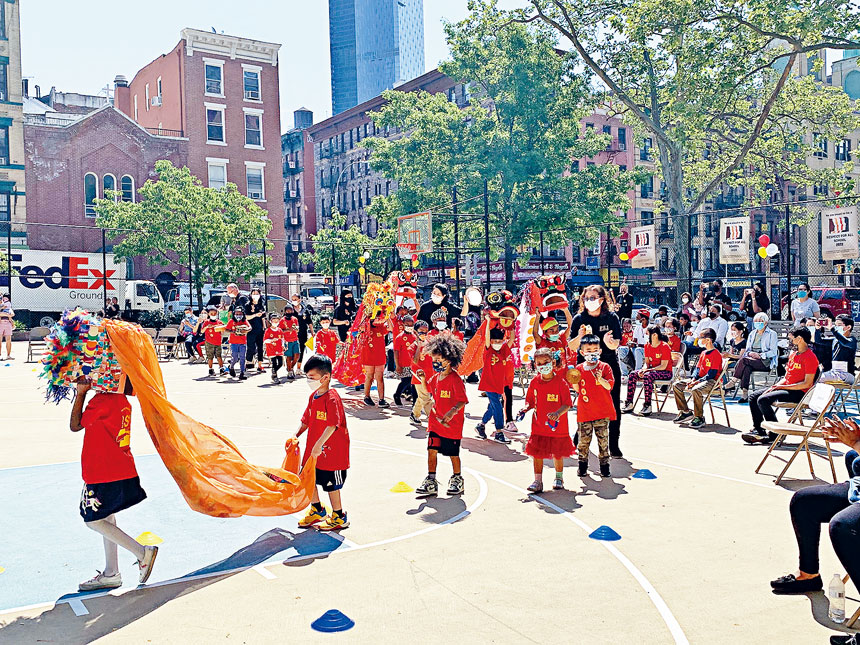 第一小學的學生表演舞獅。