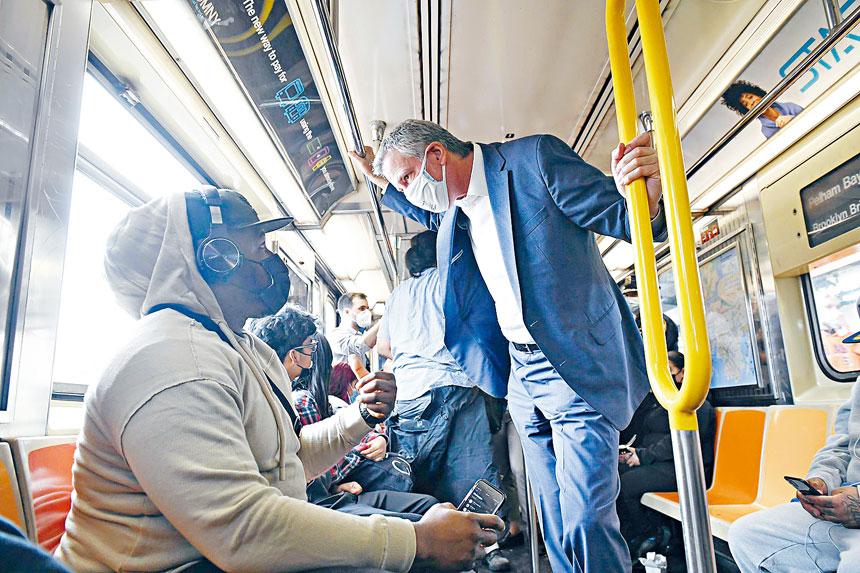 白思豪昨日搭乘地鐵以證明地鐵系統安全。取自市府網站