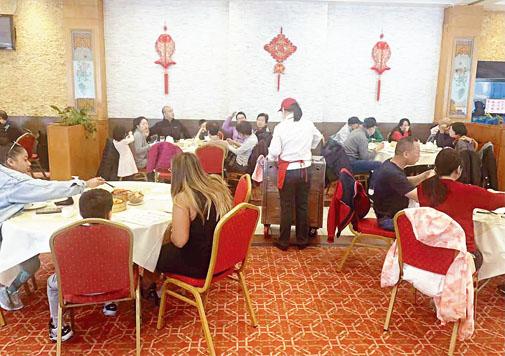 眾多華人家庭於5月9日在金皇廷大酒樓慶祝母親節。張之銘攝