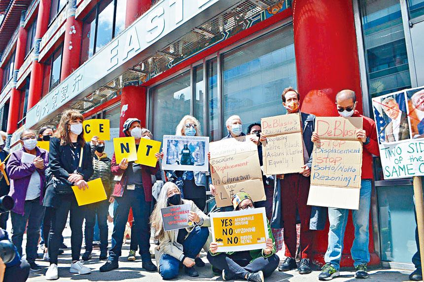 數十人在中央街183號諸氏家族辦公室前示威。