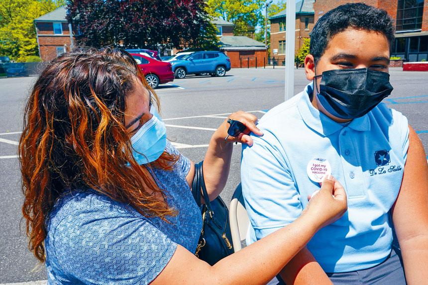 目前青少年對接種疫苗反應踴躍,市府稱對此感到滿意。美聯社