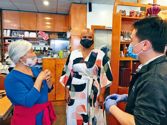 國會眾議員Ayanna Pressley(中)和華人前進會會長李素影(左)同香滿園餐館老板深入交流。溫友平攝