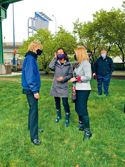 波士頓市長競選人吳弭(右二)與空乘協會主席 Sara Nelson(右一)等共同宣布最新提案。吳弭市長競選團隊供圖