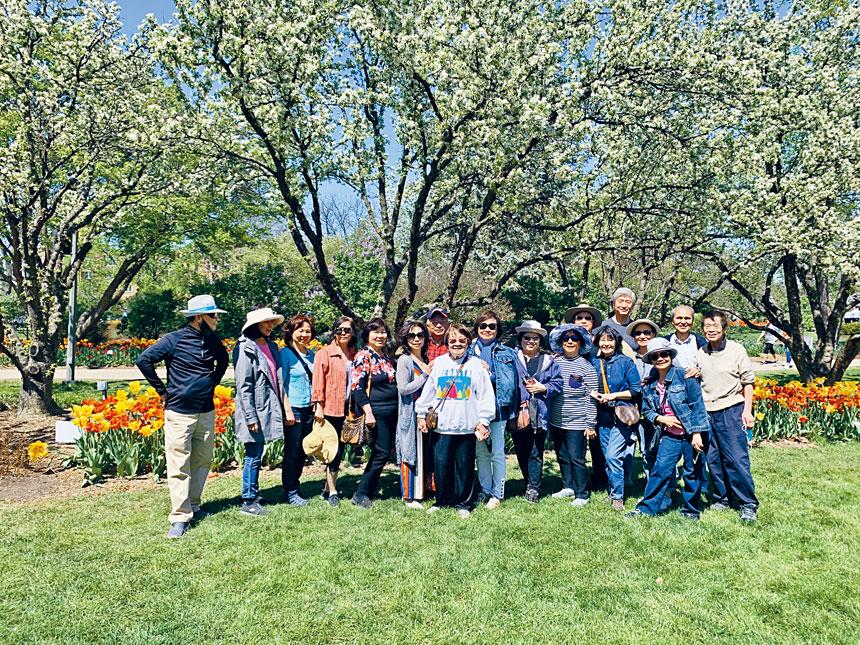 芝加哥台灣同鄉聯誼會以踏青賞花來慶祝母親節。臺聯會提供