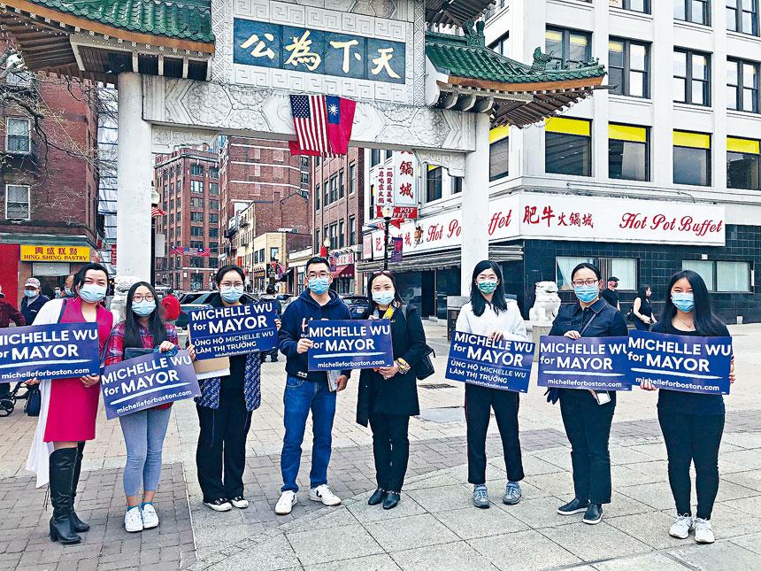 徵集簽名的部分志願者們在波士頓唐人街牌樓廣場上合影。溫友平攝