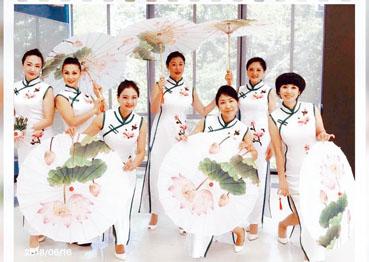 人民藝術團的旗袍秀。梁敏育攝