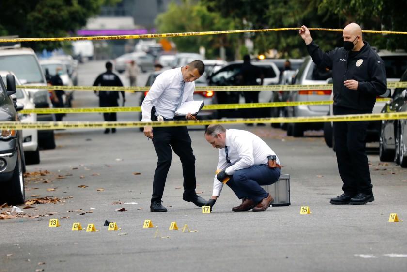 荷里活一民宅母親節派對槍擊一人死亡三人送醫,警方鑑識人員於現場蒐證。洛杉磯時報