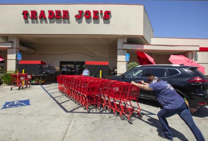 Trader Joe's執行疾病預防控制中心最新指導方針,允許完全接種疫苗的顧客,無需口罩入店。洛杉磯時報
