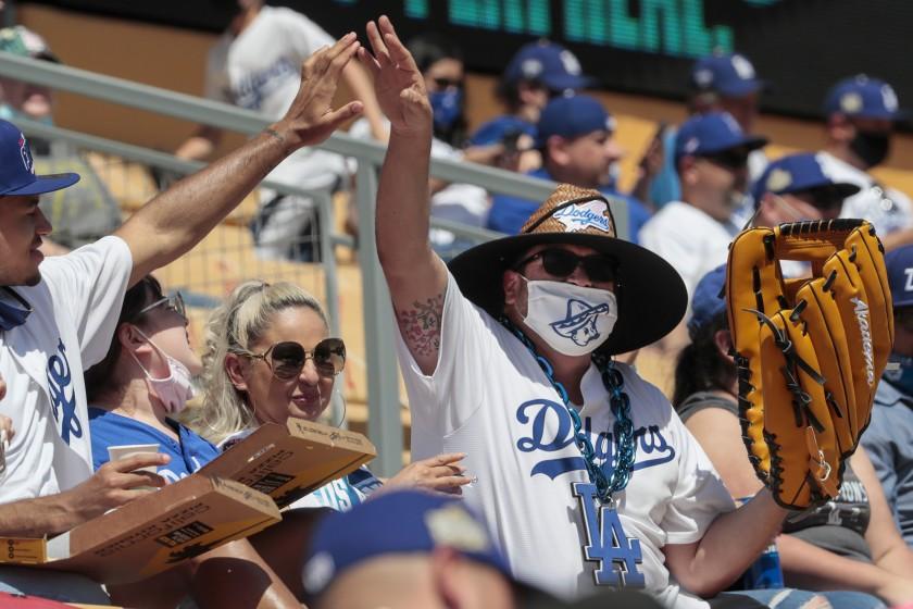 疫情限制逐漸放寬後,道奇球迷入場看球。洛杉磯時報