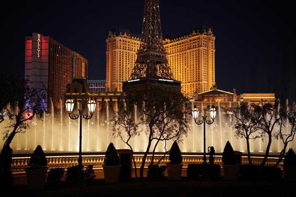 賭城多數酒店博弈層已百分之百開放,賭城大道再現人潮。美聯社