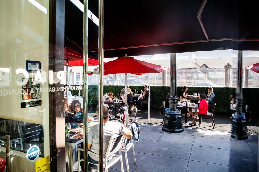 洛杉磯縣一經進入黃色層級,可以開放更多室內空間。洛杉磯時報