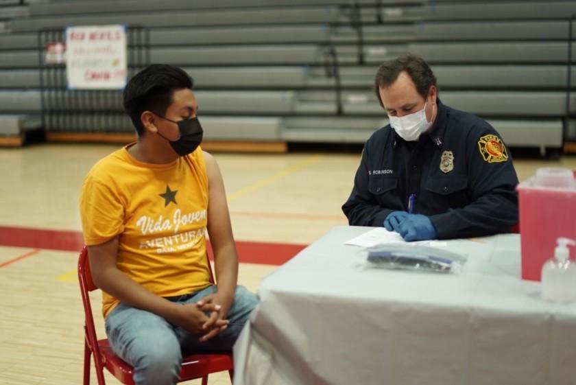 聖地牙哥學區紛在高中校園設置行動疫苗站,針對高中生施打新冠疫苗。Sweetwater Union 高中學區