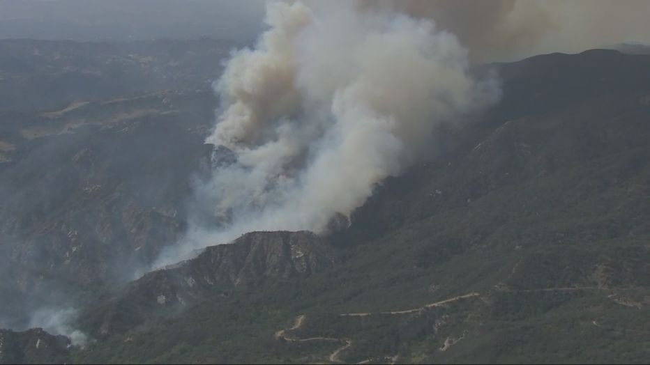洛杉磯沿海地帶發生大火,延燒超過百畝。FOX LA新聞畫面