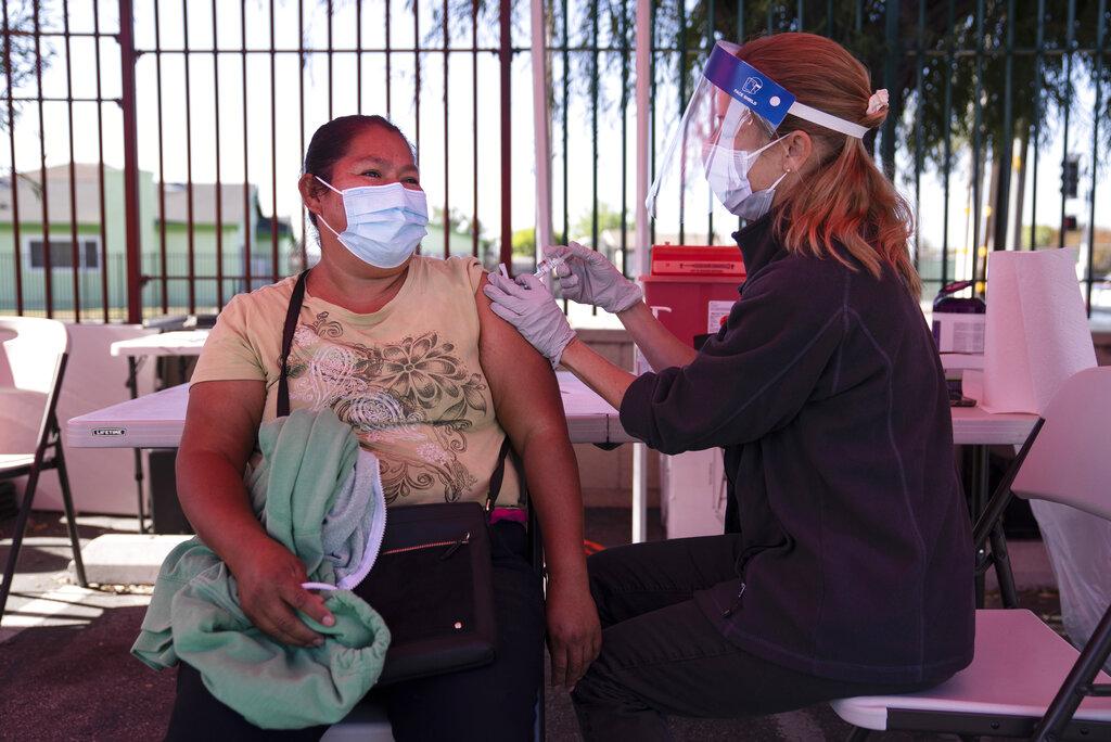 洛縣病毒測試陽性率達到疫情以來最低點,衛生單位呼籲民眾接種疫苗。美聯社