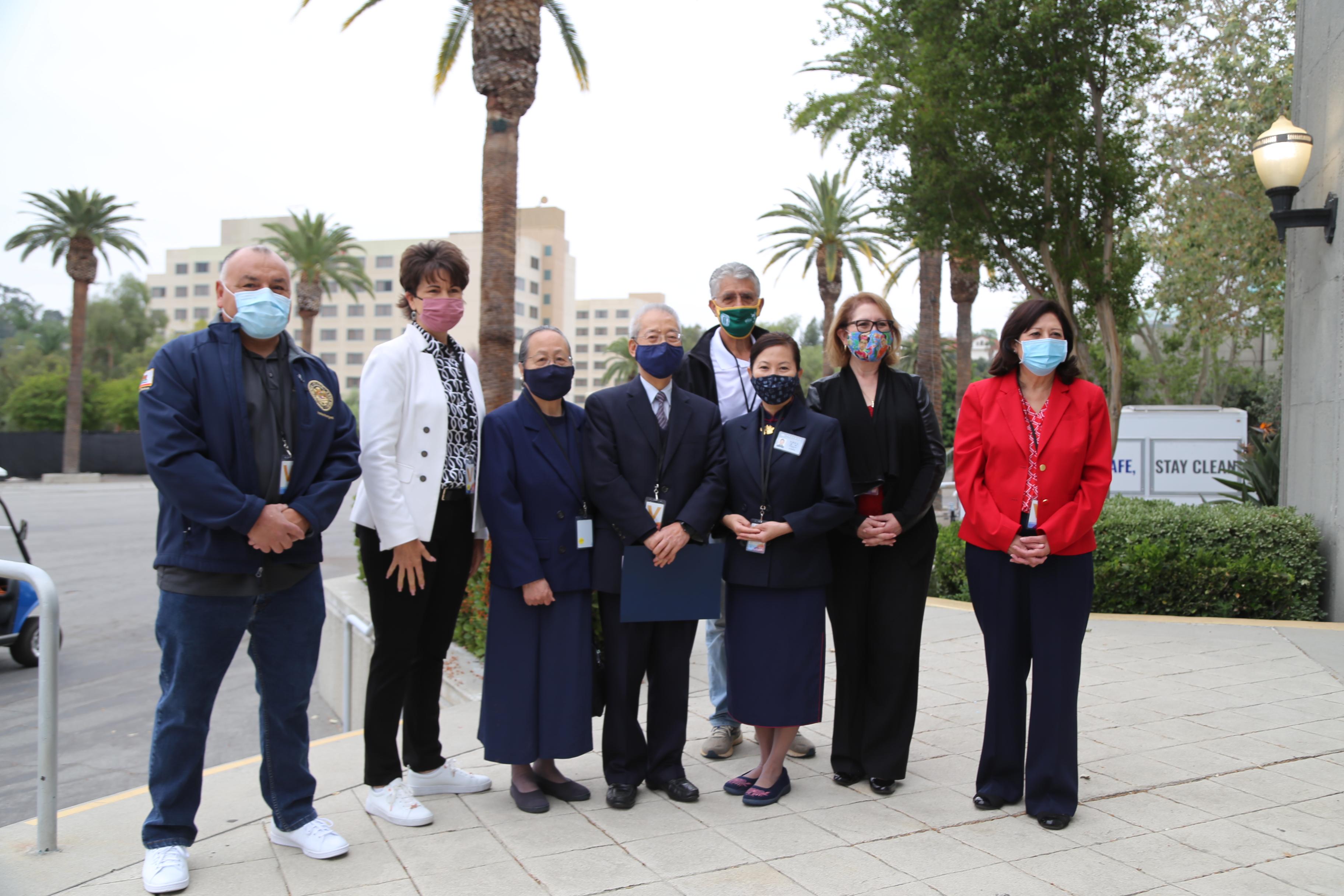 慈濟美國總會執行長陳濟弘(左四)與志工們,受邀與加州參議員康妮·雷娃(左二)、洛杉磯縣政委員會主席蘇麗絲(右一)、加州眾議院多數黨領袖艾洛伊斯·雷耶斯(右二)、加州眾議員弗雷迪·羅德里格斯(左一)前往關懷移民兒童。