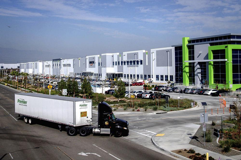 一輛聯結車正駛入設於河濱縣東谷市(Eastvale)的亞馬遜物流中心,南加空氣品質監管機構擬推出倉庫條款,遏制柴油排放改善空氣質量。美聯社