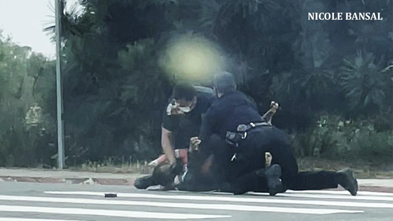 目擊者錄下聖地牙哥警察當街暴力制伏遊民視頻,警方已展開內部調查。Nicole Bansal