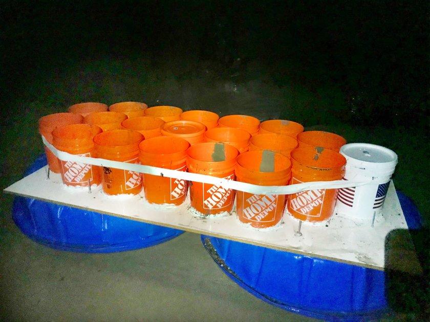 兩名大學生搭乘自製簡易小船出海受困。聖塔芭芭拉縣消防局