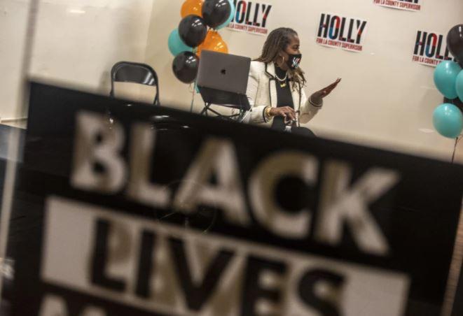 Holly Mitchell為縣委員會最新成員,基本收入提案將是她迄今為止最重要提案之一。 洛杉磯時報