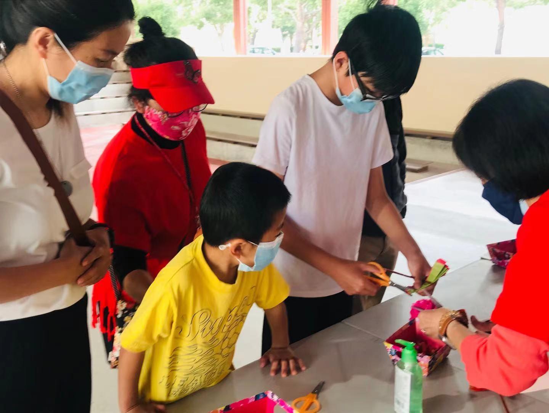 「母親節」孩子們親手做絨花,向媽媽表達愛意。受訪者提供。