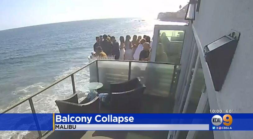 鄰居監視器畫面顯示陽台坍塌前上頭站滿了人。CBSLA