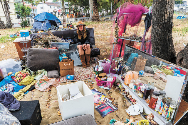 紐森提議撥120億元巨款應對無家者危機。圖為原居亞利桑那州的39歲無家者Dawn Woodward攝於洛杉磯一處無家者營地。美聯社