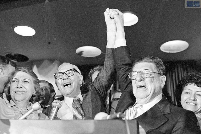 共和黨保守派社運人士蓋恩(左)與Howard Jarvis在1978年6月7日歡慶13號提案過關。美聯社資料圖片