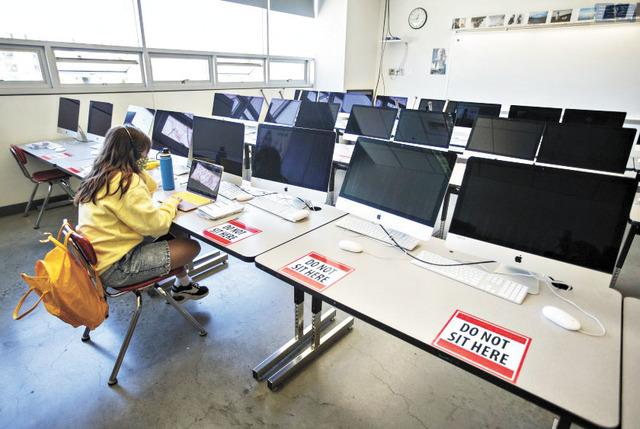 洛杉磯聯合學區僅有百分之七的高中生返校上課,遠低於預期。洛杉磯時報