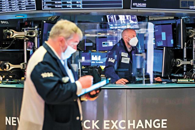 跨境電商洋蔥集團7日正式登陸紐交所,開盤漲超55%,隨後兩次停牌,恢復交易後股價轉跌。圖為在紐交所工作的交易人員。美聯社