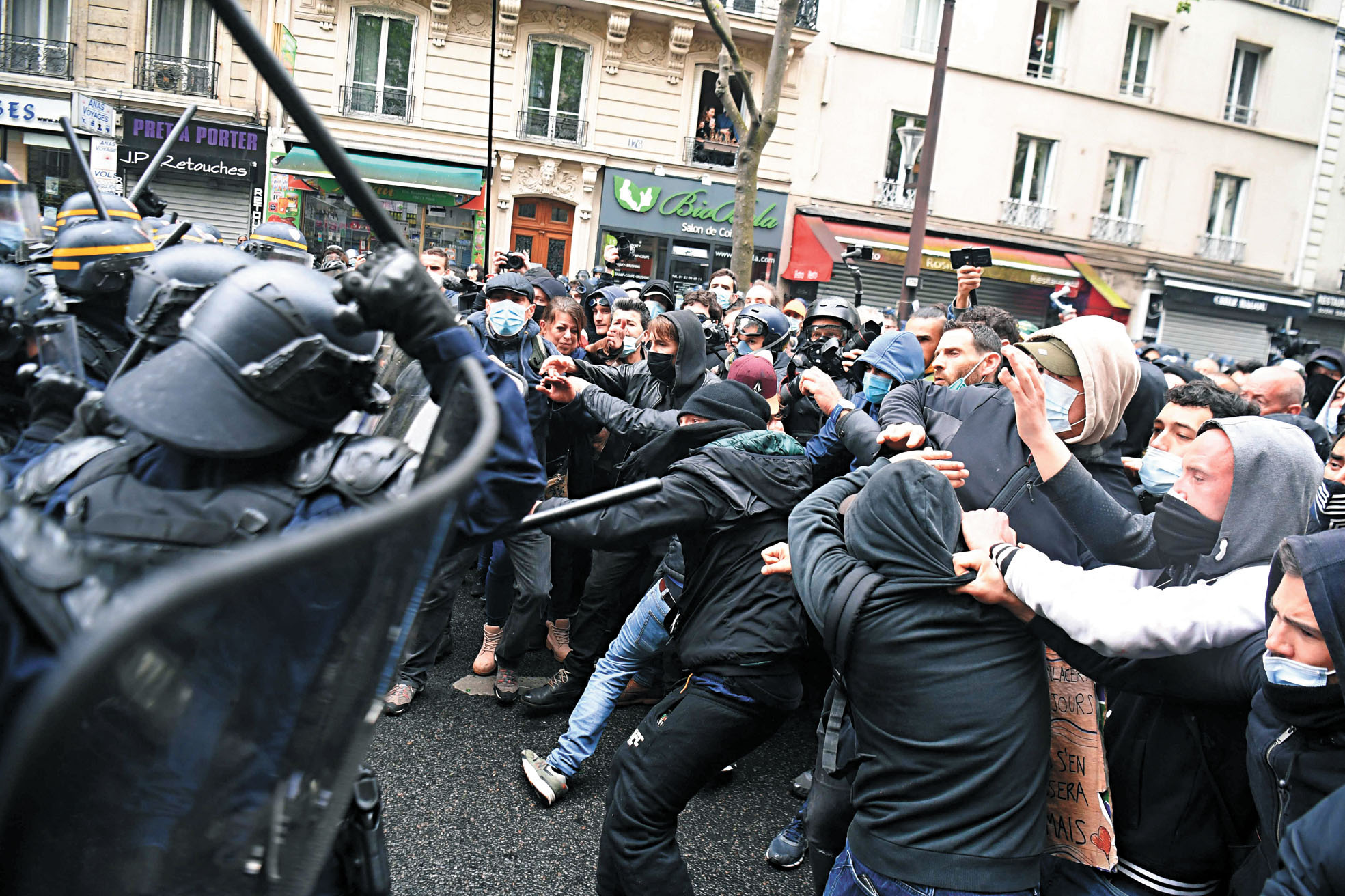 法國 在巴黎,示威者與警察爆發衝突。法新社