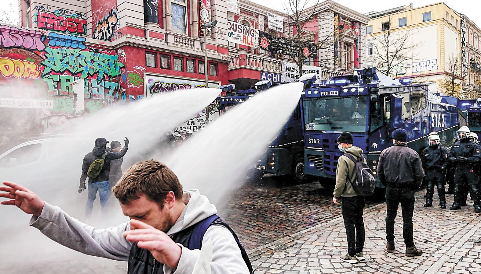 德國 在漢堡,警方向示威者發射水砲。美聯社