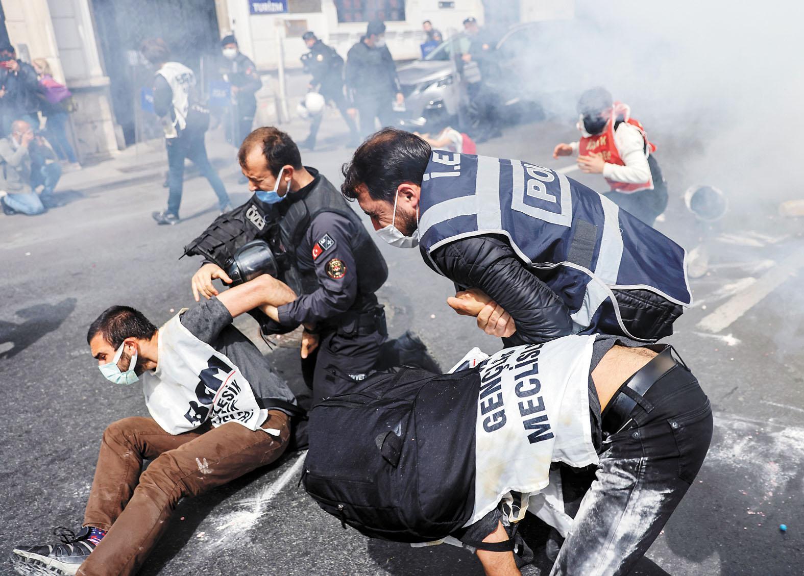 在波哥大,參加示威的女子高喊口號。美聯社