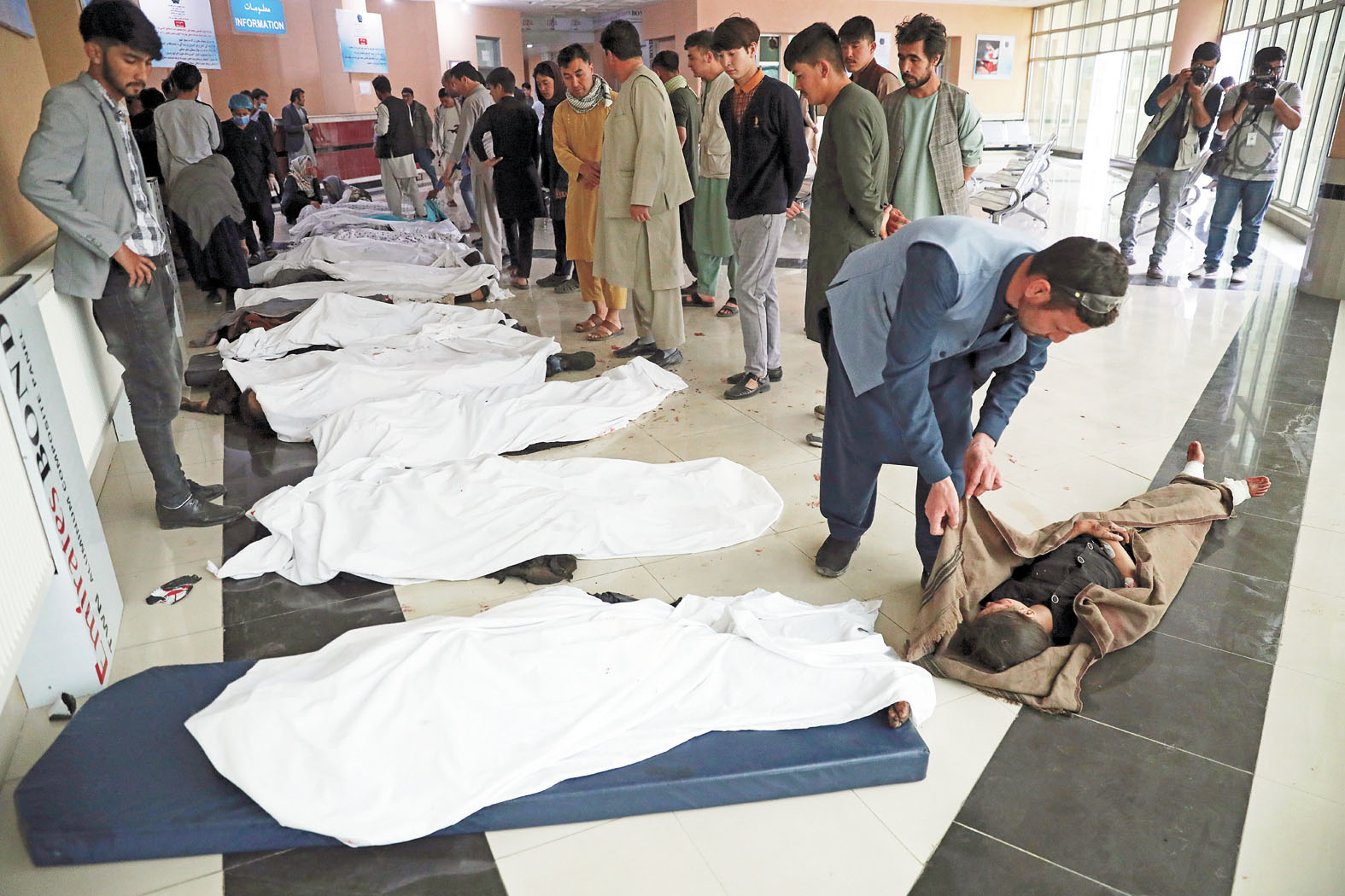 阿富汗首都喀布爾的一所學校外發生汽車爆炸,事發後,死亡者遺體被集中到一處。美聯社
