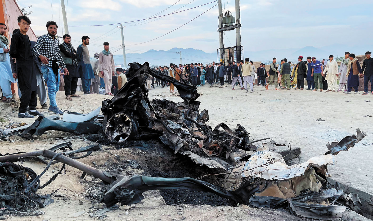 爆炸現場的汽車已燒毀。美聯社