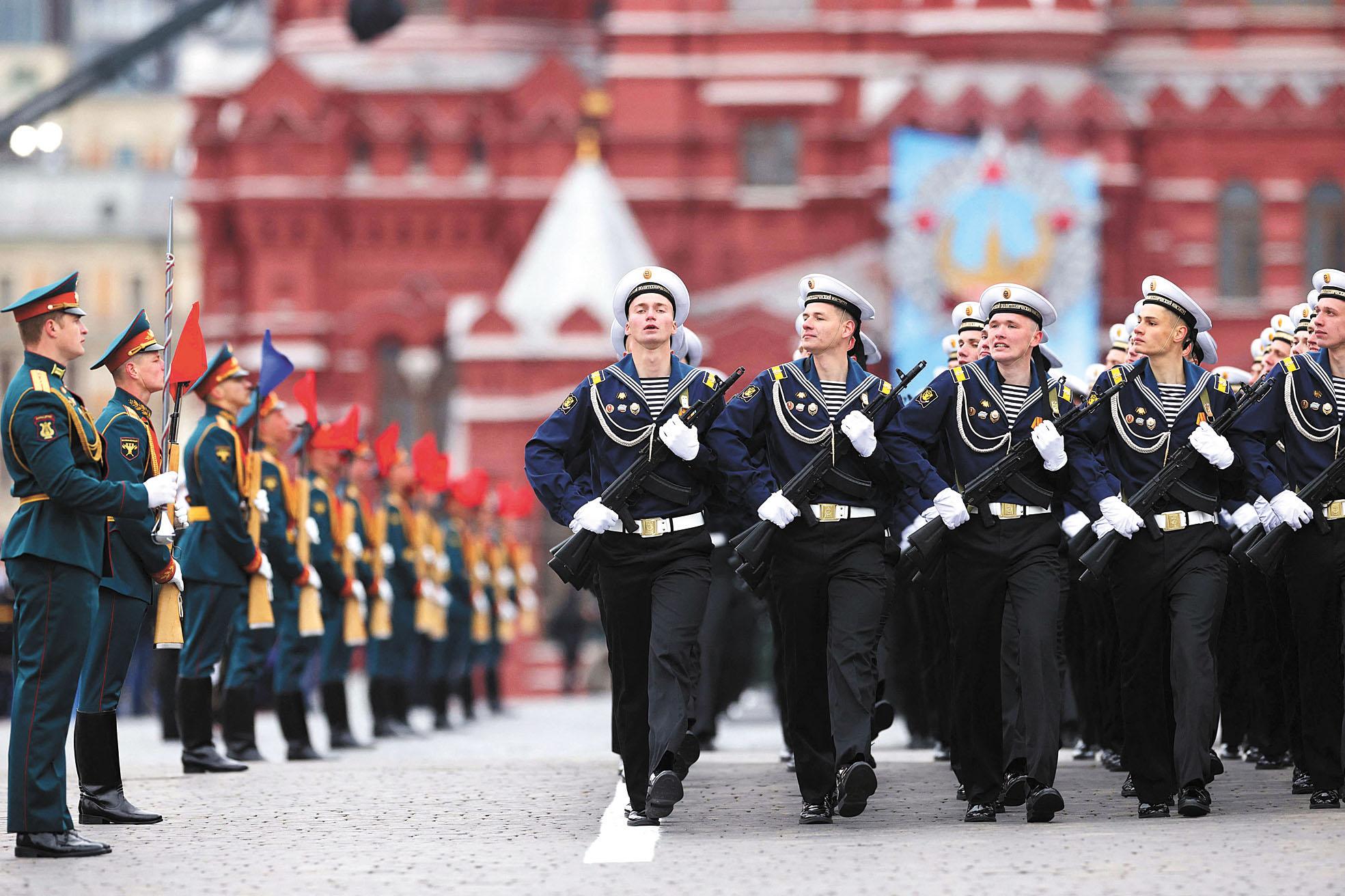 俄羅斯水手們沿著紅場前進。法新社