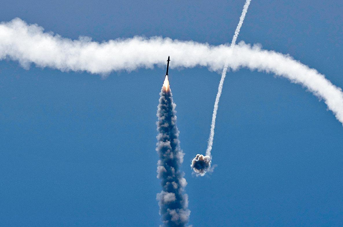 以色列「鐵穹防空系統」攔截來自加沙的火箭。 法新社