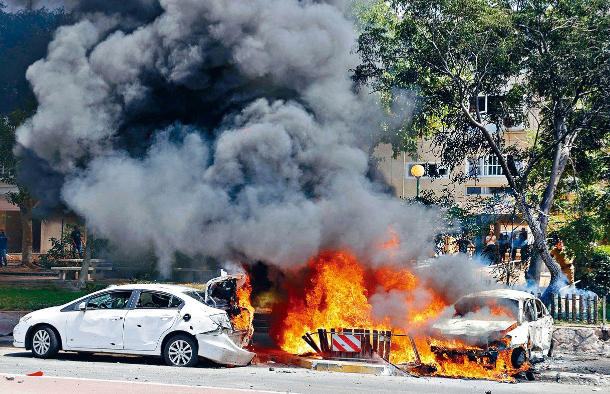 在以色列南部亞實基倫市,哈馬斯的火箭11日擊中多輛汽車。 法新社