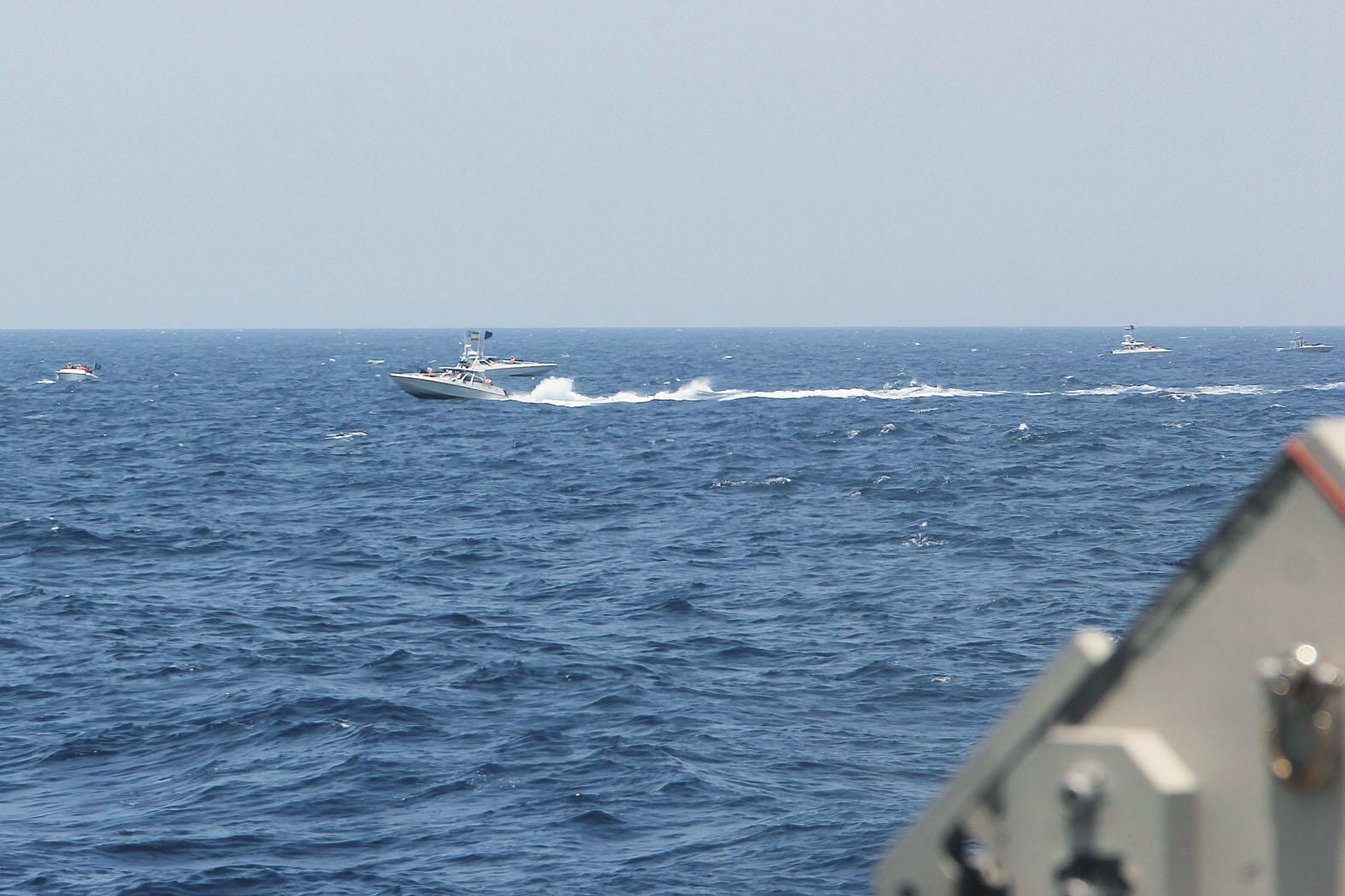 美軍方曝光的照片顯示,伊朗快艇10日高速逼近美國海岸警衛隊的快艇。美聯社