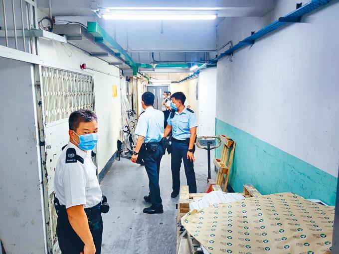 警員封鎖非法賭檔所在的樓層調查。