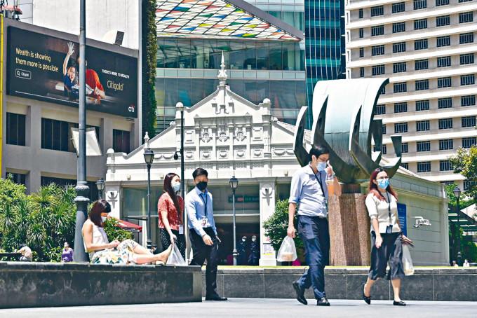 新加坡萊佛士坊金融區的行人。
