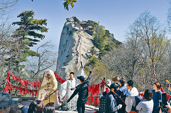 遊客昨天在華山景區留影。