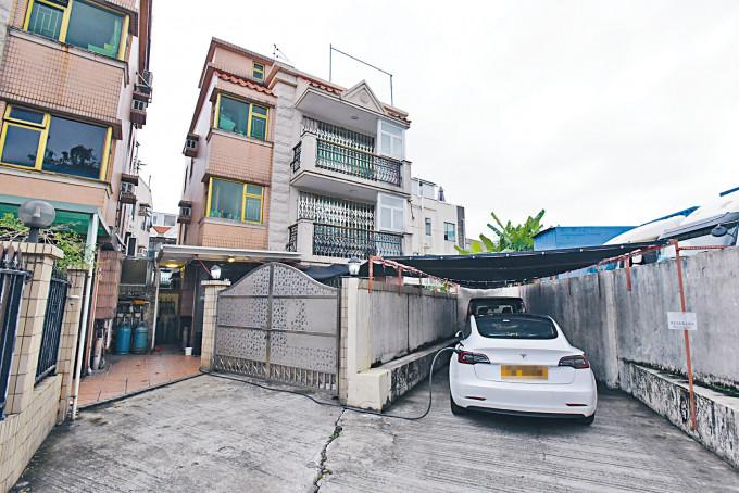 竊賊潛入一幢三層高村屋犯案。