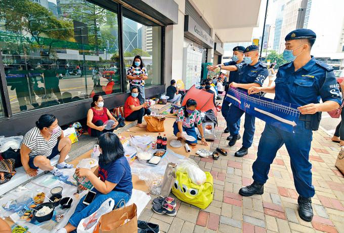 勞工處聯同多個部門,到外傭聚集熱門地點呼籲注意防疫安全規例。