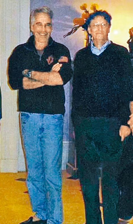 愛潑斯坦(左)二〇一一年在其曼克頓大宅與蓋茲合照。