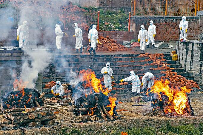 尼泊爾加德滿都一個火化場,周三忙於處理新冠死者屍體。