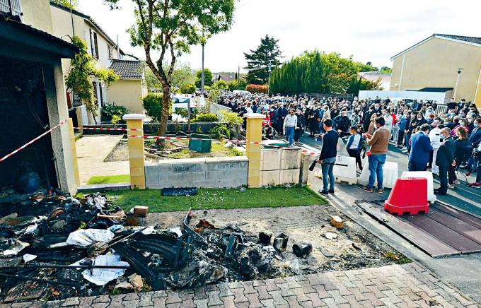 民眾周三聚集女死者沙欣茲寓所外案發現場。