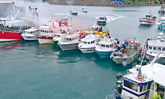 一支法國拖網漁船隊周四駛進澤西島的聖赫利爾港,排成一,一度封鎖港口。